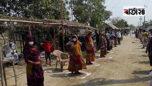 শিবচরে বেদে সম্প্রদায়েদের খাদ্যসামগ্রী দিল উপজেলা পরিষদ