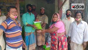 অসহায় পরিবারকে খাদ্যসামগ্রী দিলেন করাতকল শ্রমিকরা