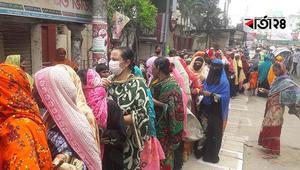 ১০ টাকায় চাল, ফেনীতে 'সামাজিক দূরত্ব' বেসামাল