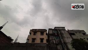 গুমোট মেঘে মলিন রাজধানীর আকাশ