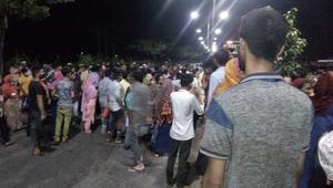 কারখানা লে-অফের প্রতিবাদে সাভারে মহাসড়ক অবরোধ