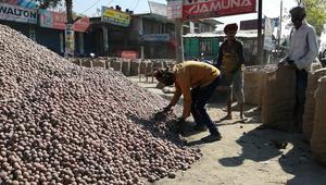 বগুড়ায় সরকার নির্ধারিত ৩০ টাকায় বিক্রি হচ্ছে না আলু