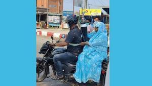 পিঠে সিলিন্ডার বেঁধে মোটরসাইকেলে মাকে নিয়ে হাসপাতালে ছেলে