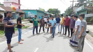 কোম্পানীগঞ্জে সড়কে ক্রিকেট খেলায় মেতেছে হরতাল সমর্থনকারীরা