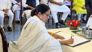 'করোনা মোকাবিলা প্রথম কাজ'- শপথ শেষে মমতা