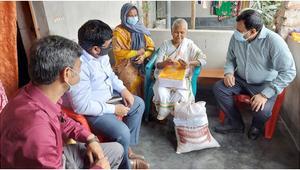বীরাঙ্গনা টেপরি বেওয়াকে ঈদ উপহার দিলেন ডিসি
