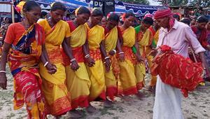 নাচে-গানে কারাম উৎসব উদযাপন করছে ওঁরাও সম্প্রদায়