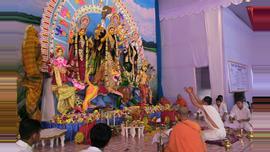 সকাল থেকেই শুরু হয় শারদীয় র্দূগাপূজার মহাষ্টমীর আরাধনা। ছবিটি রাজধানীর রামকৃষ্ণ মিশন থেকে তোলা।