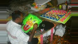 বৈশাখের উৎসবকে বরন করতে নানা আয়োজনে ব্যস্ত শাহবাগের আর্টের দোকানগুলোতে। ছবি : সুমন শেখ