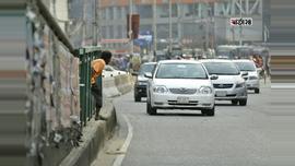 ঝুঁকি নিয়ে রাস্তা পারাপার। ছবিটি রাজধানীর শান্তিনগর বাজার এলাকা থেকে তোলা। ছবি : সুমন শেখ
