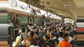 কমলাপুর স্টেশন থেকে ট্রেনযোগে দেশের নানা প্রান্তে ছুটে যাচ্ছেন ঘরমুখো মানুষ। ছবি : সুমন শেখ
