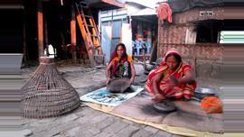 হাতে ভাঙ্গানো মেশিনে তিল ভাঙ্গছে শিখা রানী। ছবিটি মুন্সীগঞ্জের সিরাজদিখান থেকে তোলা।