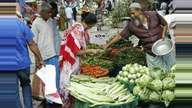 কারওয়ান বাজারে শাক-সবজি কিনছেন ক্রেতারা | ছবি: সুমন শেখ