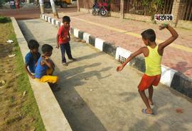 রাস্তায় লাটিম খেলায় মেতে উঠেছে পথ শিশুরা। ছবিটি রাজধানীর আগারগাঁও থেকে তুলেছেন শাহরিয়ার তামিম।
