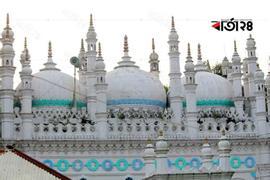 শুধু এক নজর দেখার জন্য পর্যটকরা ভিড় জমান এই মসজিদে