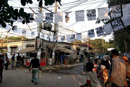 ঢাকা-১৭: রাজনীতির নায়কের কৌশলে মার খাচ্ছেন রূপালী পর্দার নায়ক
