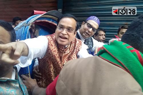ঢাকা-৭: রিকশায় চড়ে 'ইশারায়' ভোট চাইলেন হাজী সেলিম