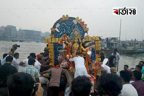 চোখের জলে দেবী দুর্গাকে বিদায় দিলো হিন্দু ধর্মাবলম্বীরা