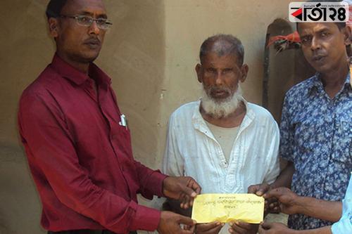 সাদুল্লাপুরে ভ্যান ছিনতাইয়ের শিকার বাদশাকে আর্থিক সহায়তা