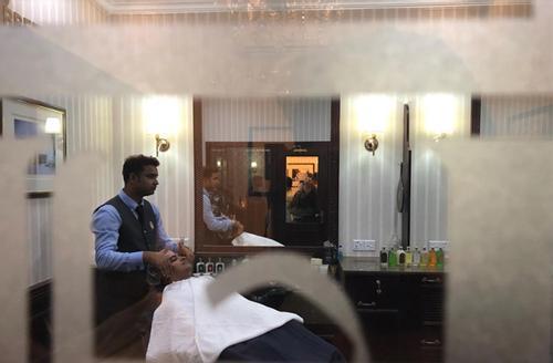 দুইশো বছরের পুরনো রাজকীয় সেলুন ট্রুফিট অ্যান্ড হিলস্ এখন ঢাকায়