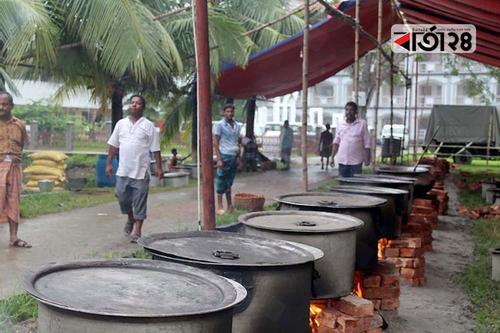 শোক দিবসে টুঙ্গিপাড়ায় চট্টগ্রামের ঐতিহ্যবাহী মেজবান