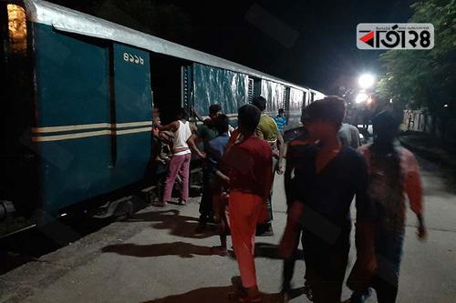 খুলনাগামী ট্রেন চুয়াডাঙ্গায়, নিরাপত্তাহীনতায় যাত্রীরা
