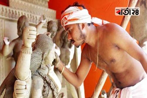 রাজশাহীতে দুর্গাপূজার প্রতিমা তৈরিতে ব্যস্ত কারিগররা