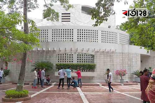স্মৃতির টানে টুঙ্গিপাড়ায় বঙ্গবন্ধুপ্রেমীদের ভিড়