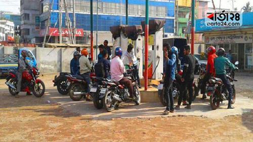 রাজশাহীতে পাম্প খুলতেই যানবাহনের উপচে পড়া ভিড়