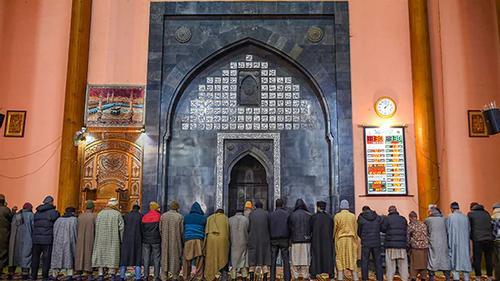 সাড়ে চার মাস পর খুলে দেওয়া হলো শ্রীনগর জামে মসজিদ