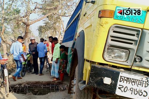 গৌরীপুরে কালভার্ট ভেঙে যানবাহন চলাচল বন্ধ
