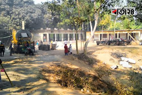 বিদ্যালয়ের মাঠে রাস্তা নির্মাণের সামগ্রী, ঝুঁকিতে শিক্ষার্থীরা
