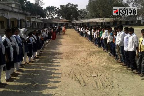 গাইবান্ধায় বিদ্যালয় ভাঙচুরে প্রতিবাদ শিক্ষার্থীদের