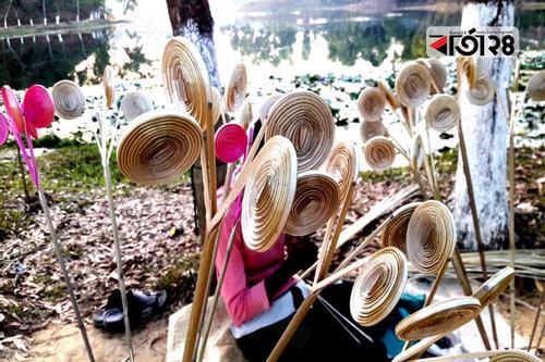 মাধবপুরে বেত ফুল বিক্রিতেই চলে নারায়নের সংসার