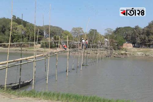 গোপালগঞ্জে সাঁকো তৈরি এলাকাবাসীর