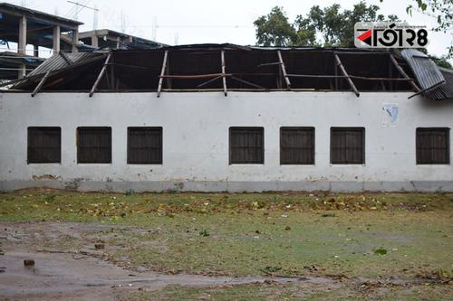 দমকা হাওয়ায় লণ্ডভণ্ড শিক্ষার্থীদের স্কুল