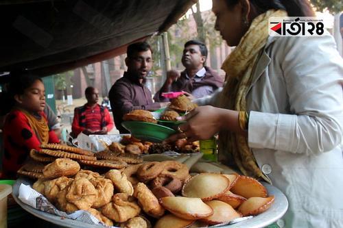 জাবি'তে শীতের পিঠা বিক্রির ধুম!