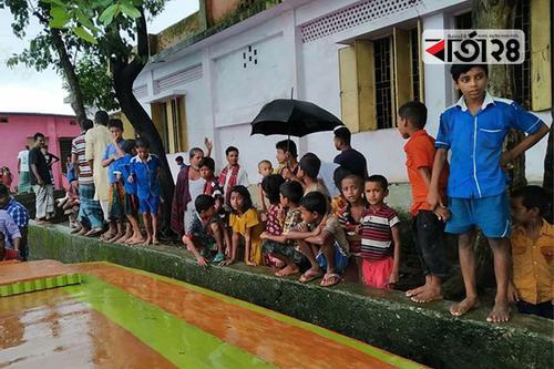 টাঙ্গুয়ার হাওরে শিক্ষার্থীদের ভরসা নৌকা
