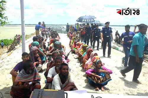 ত্রাণ নিয়ে বন্যার্তদের পাশে রংপুর জেলা পুলিশ