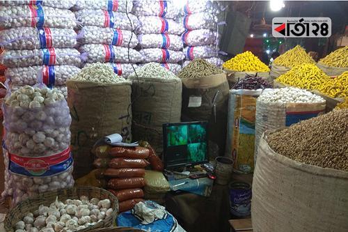 বনানী বাজারে আদা, রসুন, পেঁয়াজের দাম চড়া