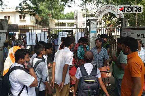 শিবগঞ্জ সরকারি হাসপাতালে অব্যবস্থাপনার প্রতিবাদে বিক্ষোভ