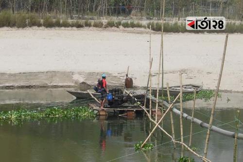 বোমা মেশিনে বালু উত্তোলন, হুমকিতে সড়ক রক্ষা বাঁধ