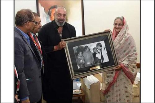Actor Sanjoy presents photographs of Bangabandhu to PM
