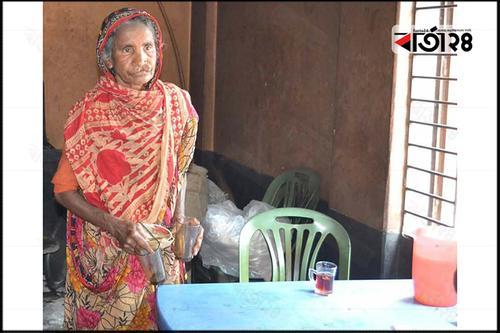 হোটেলে কাজ করেই জীবন চলে সত্তরোর্ধ্ব মায়ের