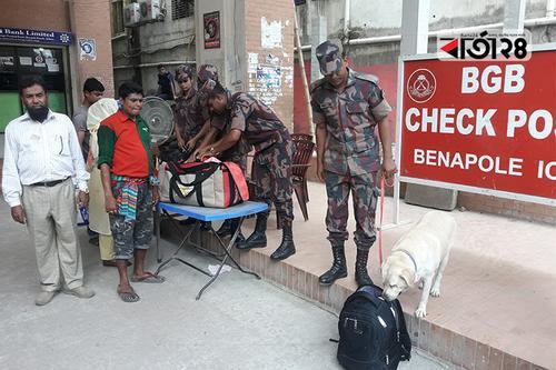 বেনাপোল চেকপোস্টে ব্যাগ তল্লাশিতে ডগ স্কোয়াড