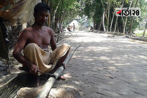 কদর নেই মানিকগঞ্জের বাঁশ শিল্প শ্রমিকদের