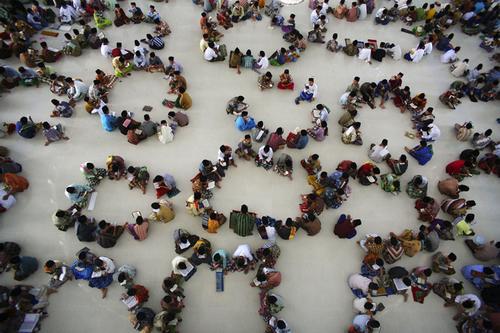ইন্দোনেশিয়ার রোজাদাররা দলবেঁধে কোরআন তেলাওয়াত করেন