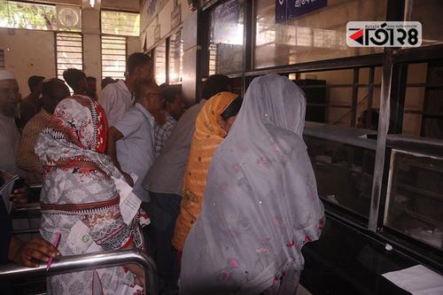 বিমানবন্দর স্টেশনে অপেক্ষা ছাড়াই টিকিট পাচ্ছেন নারীরা