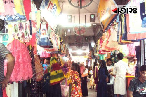 গাইবান্ধার ঈদ বাজারে তরুণীদের প্রিয় পোশাক 'ডিসপ্লে'