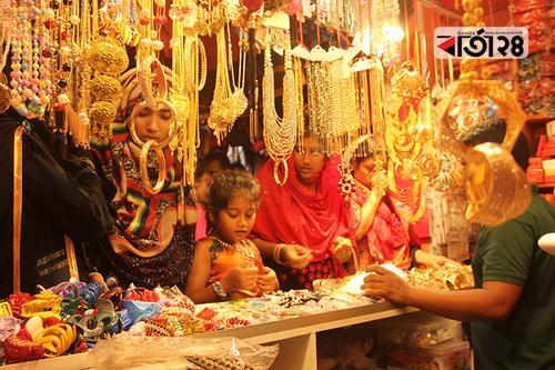 রংপুরে ভারতীয় ও সুতি কাপড়ের কদর ঈদ বাজারে